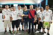 AUTORIDADES PREMIAN A GANADORES DEL CAMPEONATO DE VOLEIBOL VARONIL