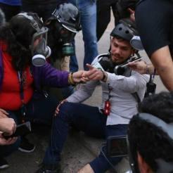 El corresponsal de Hispantv, Dassaev Aguilar, reconocido por su honestidad, quedó con incapacidad temporal porque le tiraron bombas lacrimógenas directamente a su cuerpo.