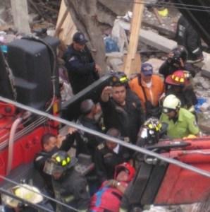 Bomberos rescatan a víctima de explosión