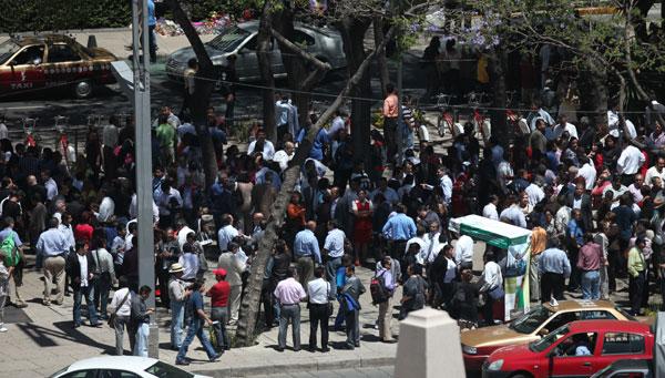 sale gente tras el sismo en la zona oriente