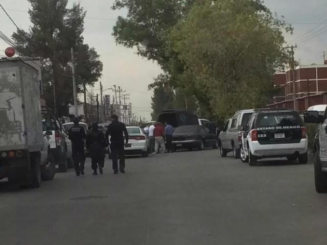 Atacan a familia a balazos en Coacalco