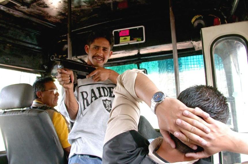 frustra-policia-atraco-a-transporte-publico-mata-a-un-ladron-tres-pasajeros-lesionados.jpg