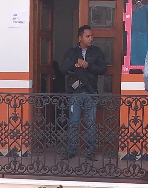 Gente armada en las oficinas del palacio municipal de Almoloya de Juárez (4)