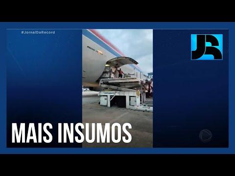 Novo lote de insumos para a fabricação de vacinas contra o coronavírus chega no RJ