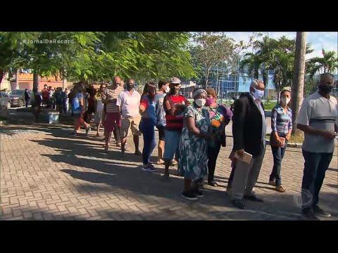 Centenas de pessoas fazem fila na tentativa de tomar a 2ª dose da CoronaVac em Duque de Caixas (RJ)