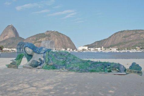 La baie de Rio, qui accueillera les J.O., est une poubelle à ciel ouvert