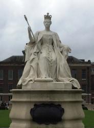 Estátua da Rainha Vitória, da autoria da Princesa Louise, Kensington Palace