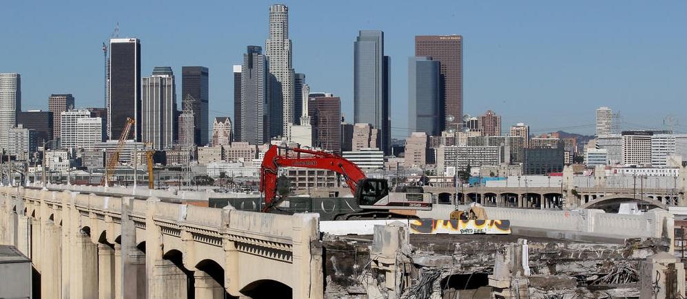 O Sexth Street Viaduct em demolição com Downtown L.A. como cenário.