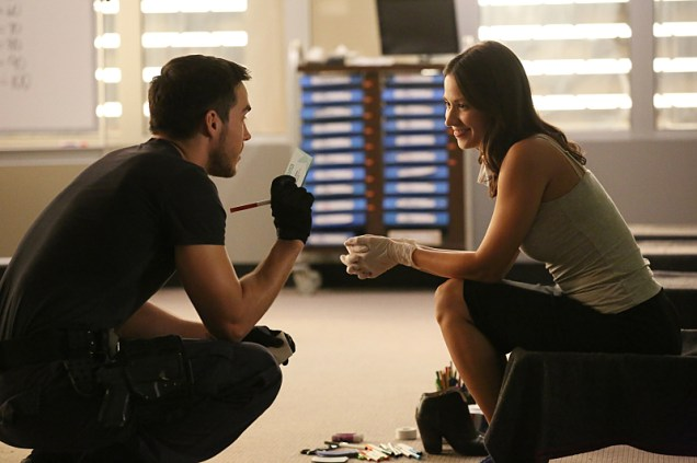 """Containment -- """"With Silence and Tears"""" -- Image Number: CON104a_0632.jpg -- Pictured (L-R): Chris Wood as Jake and Kristen Gutoskie as Katie -- Photo: Quantrell D. Colbert/The CW-- © 2016 The CW Network, LLC. All Rights Reserved"""