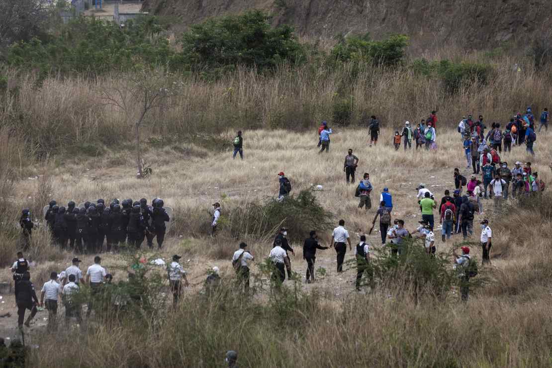 Crazy Video of CBP Letting in Hundreds of Illegal Aliens Across Border, While Cubans Are Denied – RedState