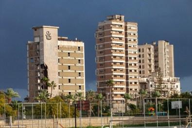 Niektóre hotele niszczeją same z siebie, niektóre ucierpiały od artylerii. (zdjęcie (c) alamy stock, via dailymail.co.uk)