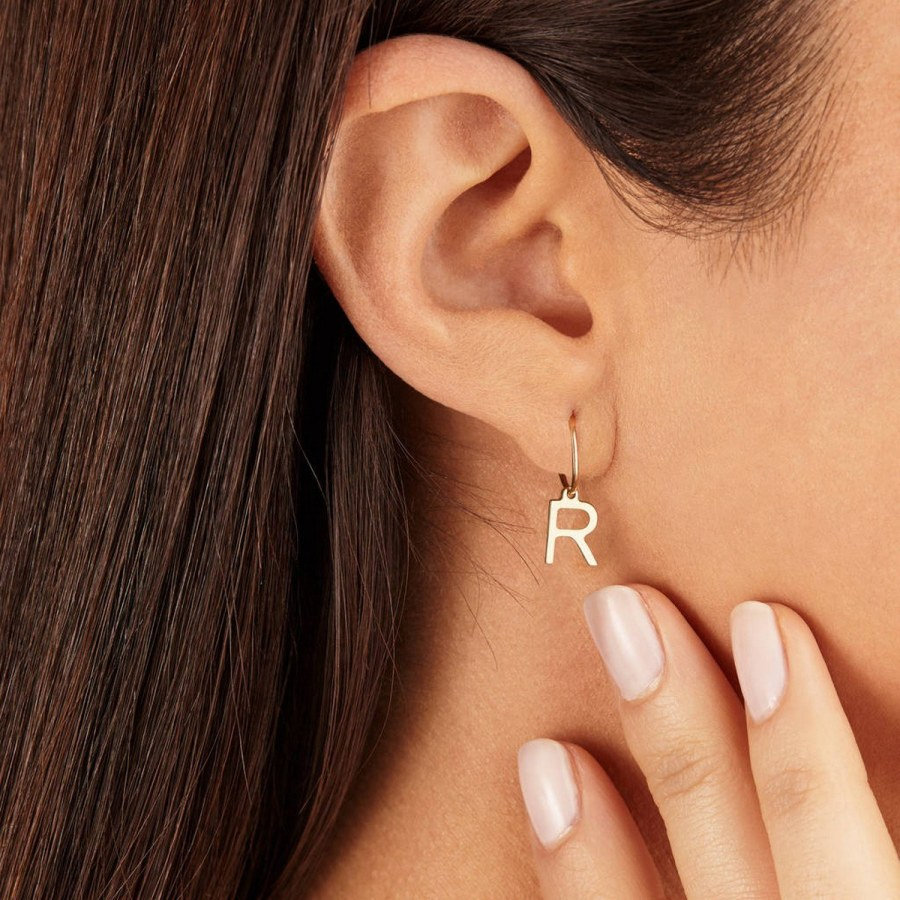 Ladies, this season, the head-turning statement earring is officially back. Of course, they never really left. But brightly colored baubles and tassels seem to be dangling from every trendsetter we know.