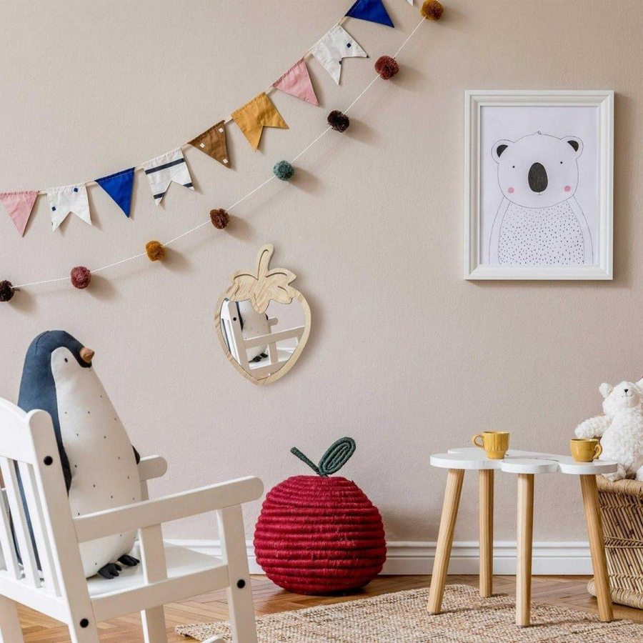 Want a toy that will keep your baby entertained and that is also good for their development? Put your wallet away, because you probably already have this in your home: mirrors! Yes, that mirror hanging on your bathroom wall can help your baby's development!