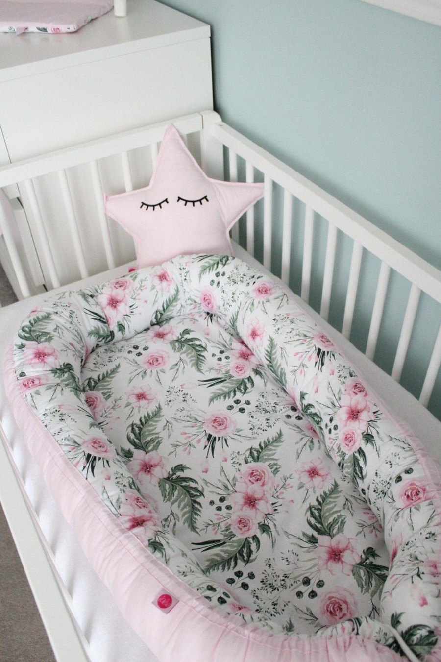 A baby nest is one of the best ways to get a newborn baby used to sleeping in his cot. It is difficult for newborns who have just left a cramped, cozy environment to adapt to relaxing in a cradle, a place opposite to what they are used to.