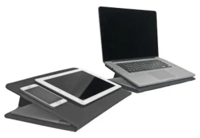 nella foto si vedono diversi devices come: un mac book pro, un tablet e uno smartphone e lo smartphone e il tablet sono sorretti da Duo porta documenti multifunzionale
