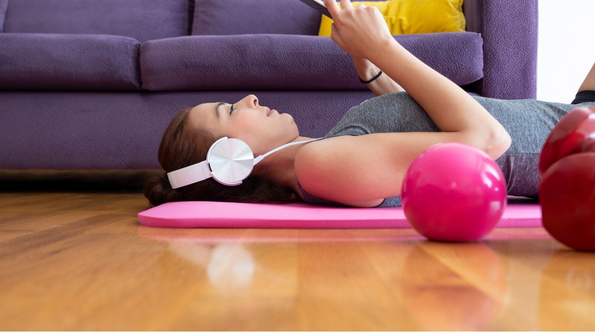 Ilustrasi seorang perempuan sedang beristirahat setelah melakukan olahraga untuk menghindari cedera setelah olahraga. Foto edit by canva