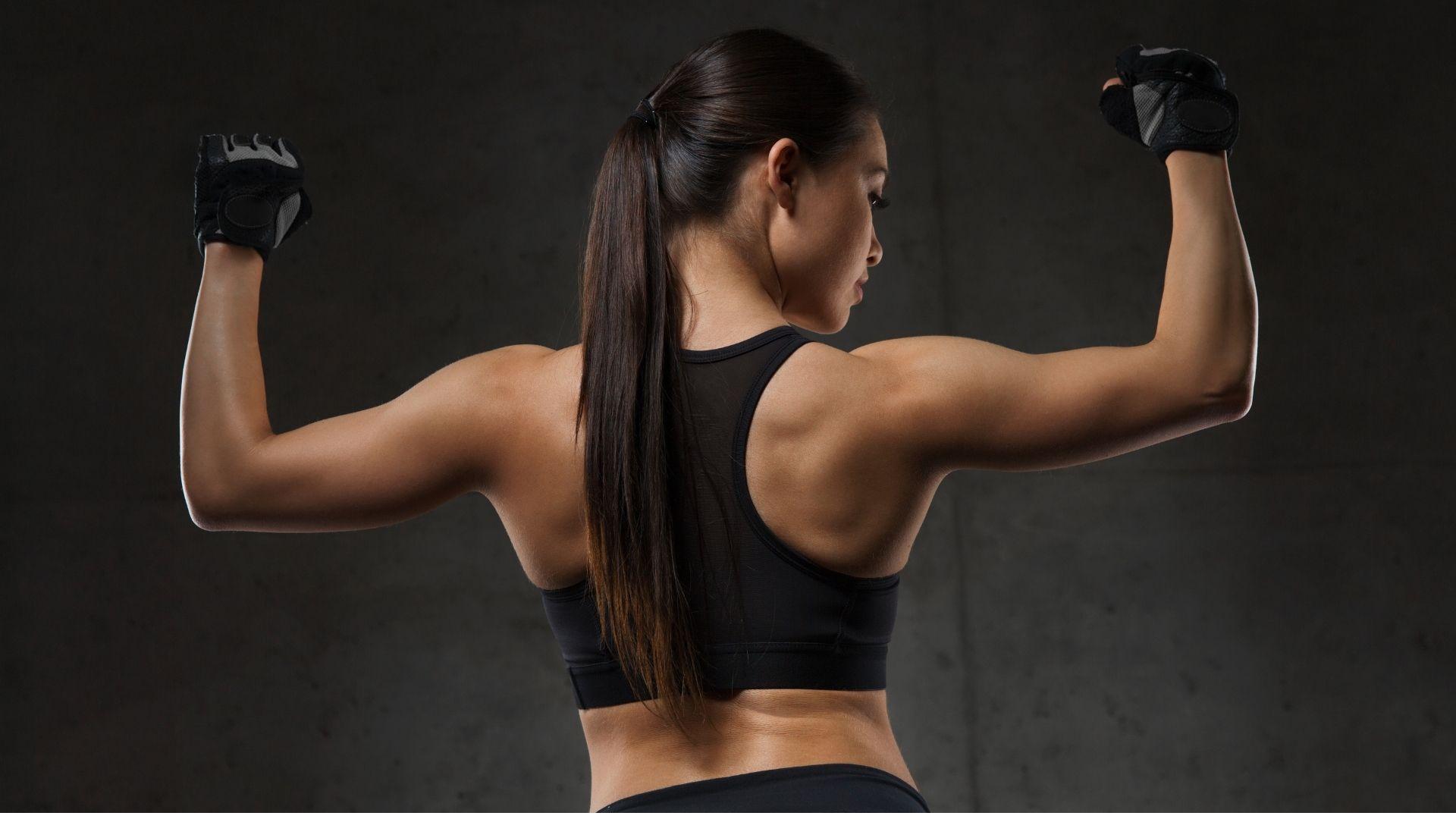 Seorang perempuan yang memperlihatkan ototnya yang sehat/ foto edit by. canva