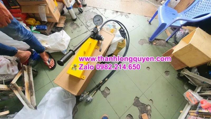 Bơm tay thủy lực hhb-700s hai đường dầu nặng 18kg
