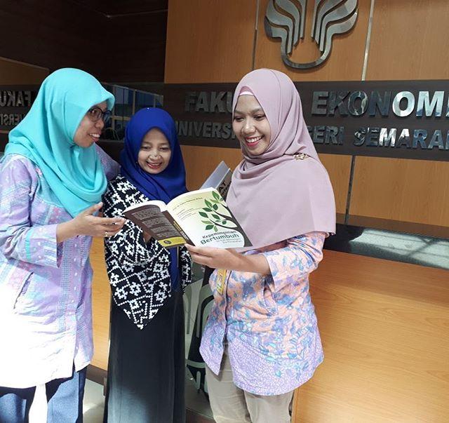 Raeni juga lulusan terbaik dari Universitas Negeri Semarang Kisah Sukses Raeni, Anak Tukang Becak Sukses Raih Gelar Doktor di Inggris