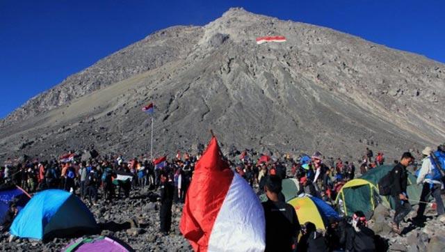 hipwee 416996 gunung 17 agustus 1 8 Menyatu dengan Alam, Ini 5 Gunung yang Cocok Buat Perayaan Kemerdekaan
