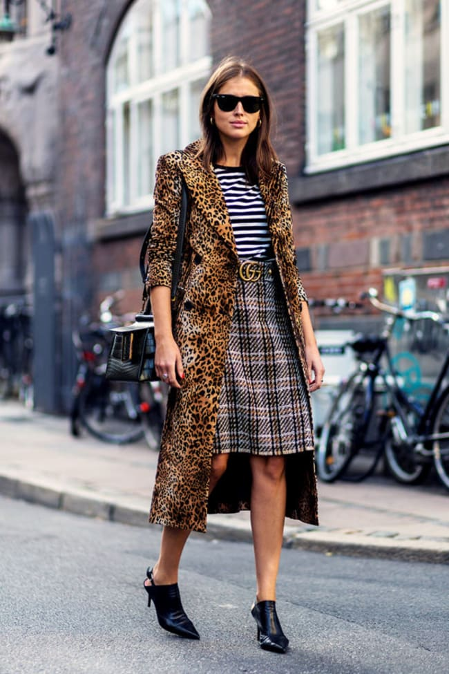 Street style com animal print para iniciantes. Casaco leopardo, saia xadrez, blusa listrada.