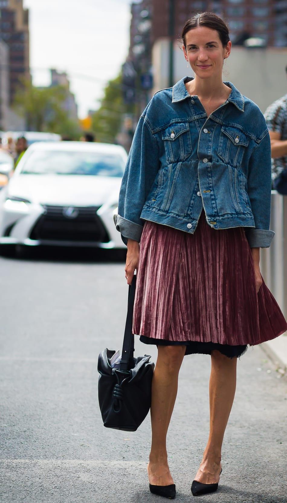 Foto de street style mostrando como usar a saia de gala no dia a dia com jaqueta jeans.