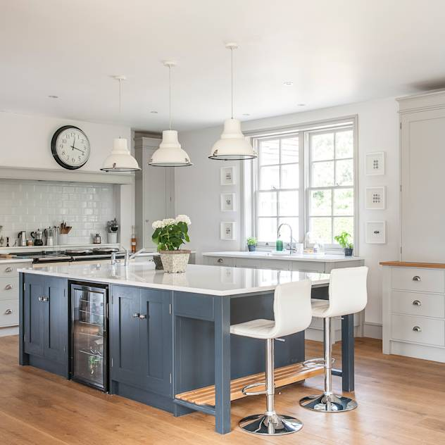 Timeless Greys : Classic style kitchen by Rencraft