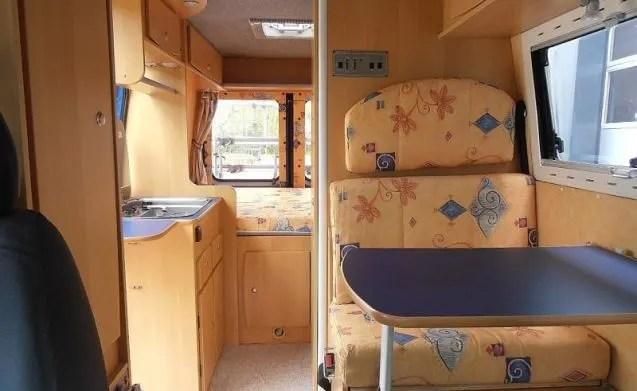 The Blue Van  Compacte camperbus met imperiaal en 3