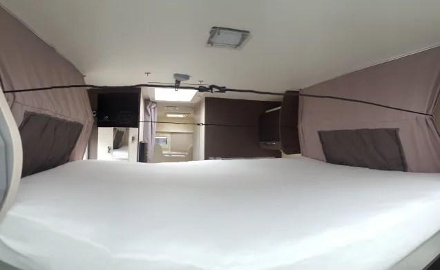 Chausson camper met luifel 5 zitplaatsen  4 slaapplekken