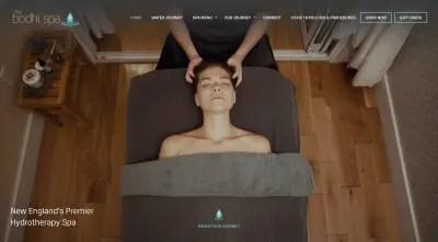 Site Web de Bodhi Spa - une femme reçoit un massage profond du cou et de la tête