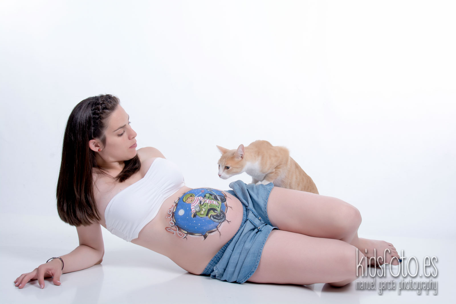 kidsfoto.es Sesión fotografía premamá+ belly painting con mascota en Zaragoza sesión de estudio premamá mascotas en zaragoza mama fotografía familiar fotografía bebé felicidad familia estudio bodypaint bebé amigo de los animales