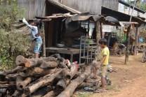 Petit village ou jouent des enfants a battambang