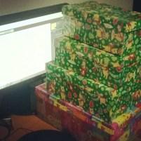 Maldăr de cutii cu dulciuri și jucării la mine pe birou - #shoebox 2013 (2)