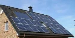 Panouri solare pe un acoperis in doua ape
