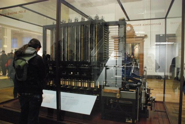 """Jean-Luc devant le """"Difference Engine"""" de Babbage"""