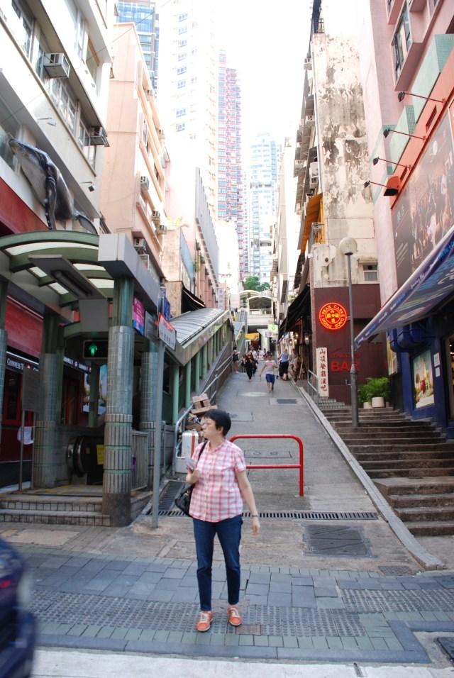 C'est une partie de la rue avec l'entrée d'un escalator
