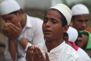 Seorang imigran Rohingya dan Bangladesh berdoa usai melaksanakan Salat Id, di Medan, Sumatera Utara, Jumat (17/7). Sebanyak 96 warga muslim imigran Rohingya asal Myanmar dan Bangladesh yang berada di penampungan di kota Medan ikut menyambut Hari Raya Idulfitri 1436 H dengan cara sederhana dan menyisakan harapan agar konflik dinegaranya segera berakhir. ANTARA FOTO/Septianda Perdana/hp/15