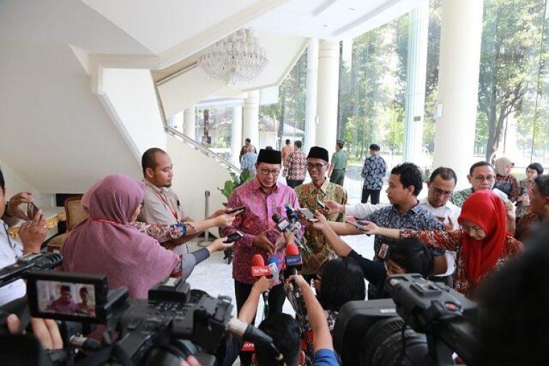 Menag Lukman Hakim memberikan keterangan pers usai rapat di istana Wapres (foto:Sugito)