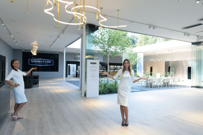 lg kitchen suite wall organizer ifa 2018 vows to lead european built in market with signature models pose front of s at berlin electronics