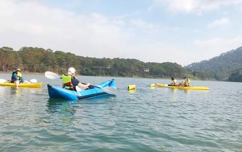 Tour Chèo Kayak Trên Hồ Tuyền Lâm Đà Lạt