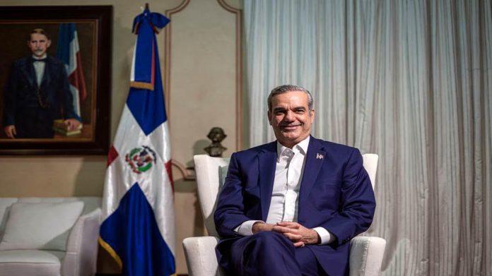 El presidente de la República Dominicana, Luis Abinader, durante la entrevista en el salón Blanco del Palacio Nacional.