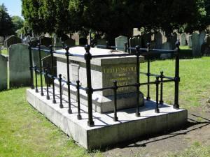 La tomba di Ugo Foscolo nel cimitero di St. Nicholas a Chiswick. dopo decenni di degrado è stata restituita al dovuto decoro pur non contenendo più i resti del poeta trasferiti nel 1871 in Santa Croce a Firenze.