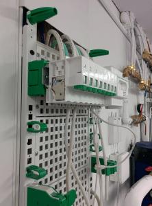 Boitier de communication Schneider-Electric Lexcom Home Essential vue de coté mais vide et ouvert.
