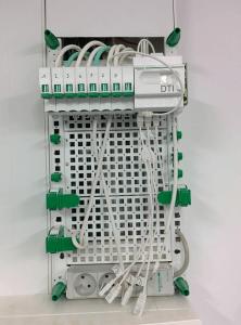 Boitier de communication Schneider-Electric Lexcom Home Essential vue de face mais vide et ouvert.