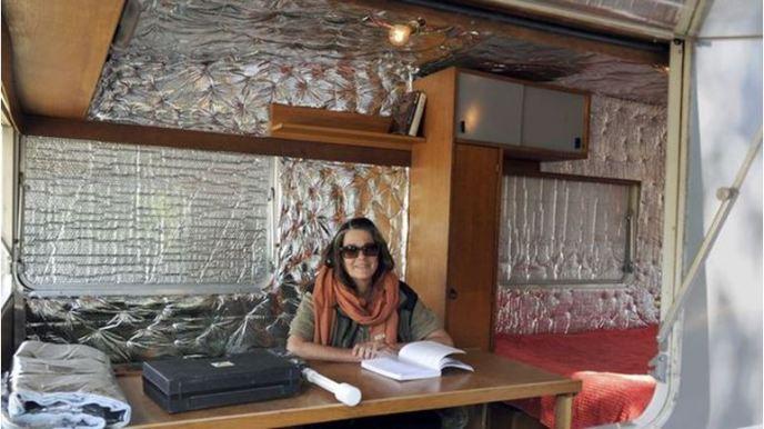 Personne réfugiée dans une caravane calfeutrée d'isolant en aluminium