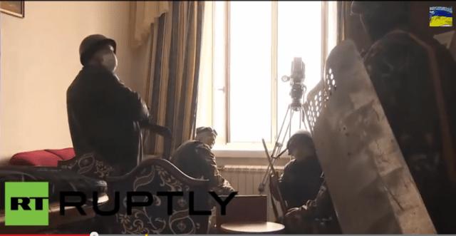 Capture d'écran de la vidéo de Russia Today qui montre des snipers dans l'hôtel Ukraina