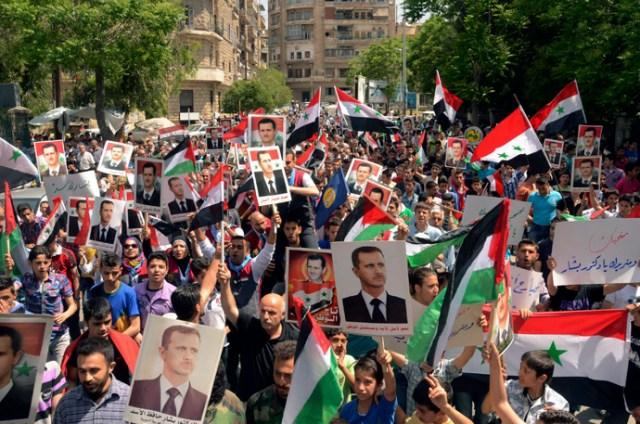 Les partisans du président syrien Bachar al-Assad prennent part à un rassemblement démonstratif de soutien, un jour après avoir que celui-ci ait déclaré qu'il chercherait sa réélection en Juin, à Alep Avril 29 2014. (Reuters)