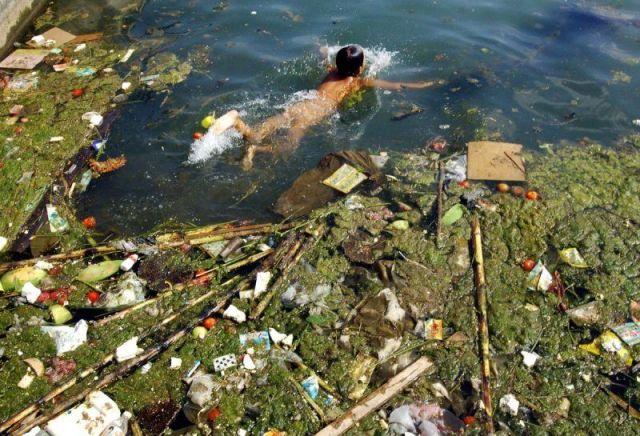 enfant-nage-dans-eau-polluée-dun-réservoir-à-pinga