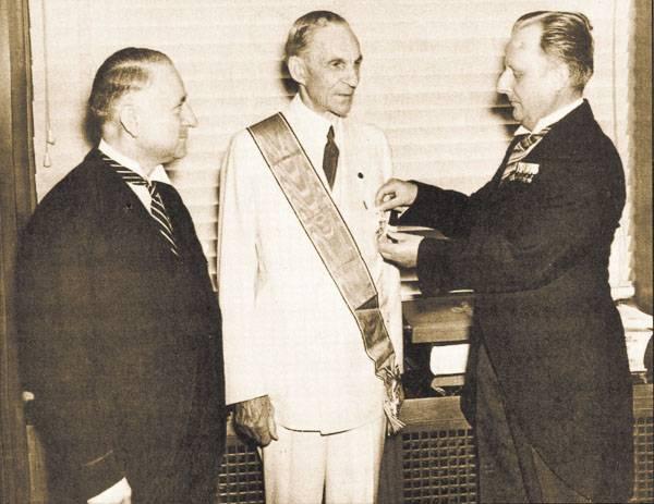 Henri Ford a reçu d'Hitler la décoration suprême du 3e Reich. Tandis que la compagnie américaine General Motors avait en sa procession le plus important fabricant des automobiles Opel, produisant les camions pour l'armée Blitz