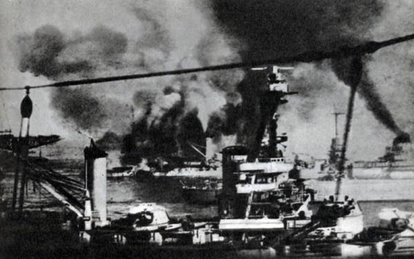L'escadron français sous le feu de la flotte anglaise, Mers-el-Kébir, 3 juillet 1940.